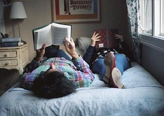 Kitap okuyan biriyle sevgili olmanın ayrıcalıkları